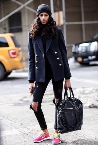 Les journées chargées nécessitent une tenue simple mais stylée, comme un caban bleu marine et un grand sac. Décoince cette tenue avec une paire de des baskets basses fuchsia.