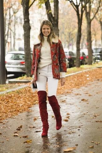 Comment porter: caban imprimé rouge, pull à col roulé blanc, jean skinny blanc, cuissardes en daim rouges