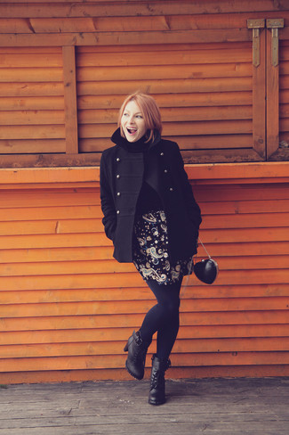 Comment porter: caban noir, pull à col roulé noir, minijupe à fleurs noire, bottines à lacets en cuir noires