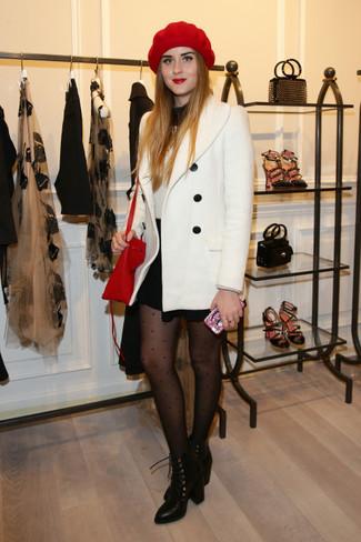Comment porter: caban blanc, pull à col roulé noir et blanc, minijupe noire, bottines à lacets en cuir noires