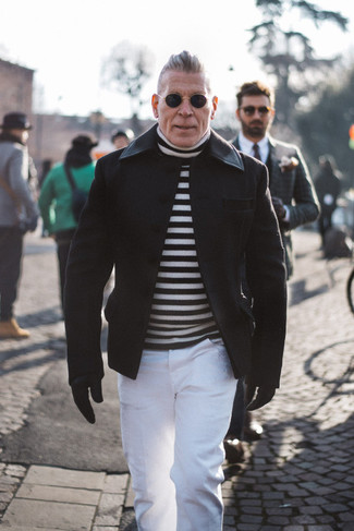 Comment porter: caban noir, pull à col roulé à rayures horizontales blanc et noir, pantalon chino blanc, gants en cuir noirs