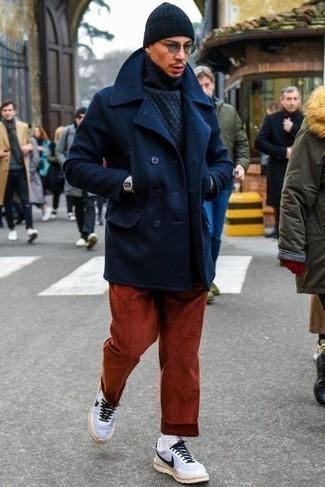 Comment porter un bonnet bleu marine: Pense à opter pour un caban bleu marine et un bonnet bleu marine pour un look idéal le week-end. Une paire de des chaussures de sport blanches et noires apportera un joli contraste avec le reste du look.