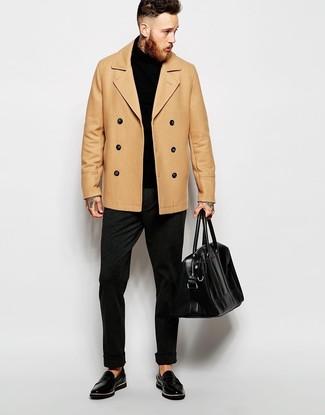 Comment porter: caban marron clair, pull à col roulé noir, pantalon de costume en laine gris foncé, slippers en cuir noirs