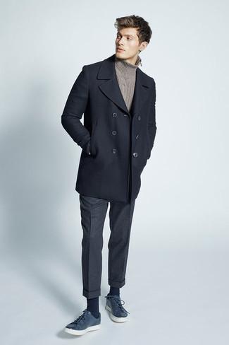 Comment porter: caban noir, pull à col roulé en tricot marron, pantalon de costume en laine gris foncé, baskets basses en cuir bleu marine