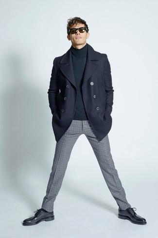 Comment porter: caban bleu marine, pull à col roulé gris foncé, pantalon de costume en laine à carreaux gris, chaussures brogues en cuir noires