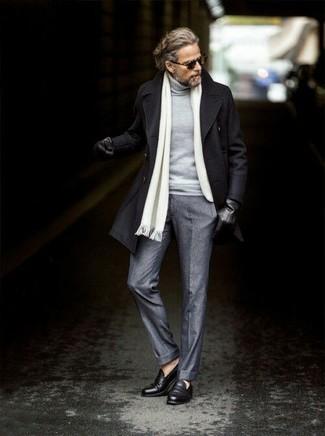 Comment porter: caban noir, pull à col roulé gris, pantalon de costume en laine gris, slippers en cuir noirs