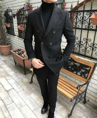 Comment porter: caban noir, pull à col roulé noir, pantalon de costume noir, bottines chelsea en daim noires