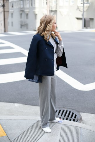 Comment porter: caban bleu marine, pull à col roulé gris, pantalon large gris, baskets basses en toile blanches