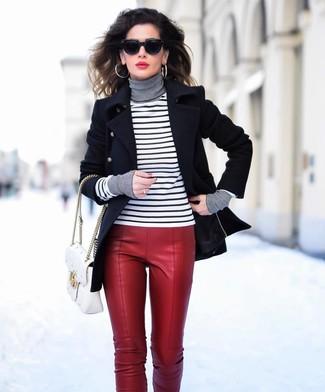 Comment porter: caban noir, pull à col roulé à rayures horizontales blanc et noir, pantalon slim en cuir rouge, cartable en cuir matelassé blanc
