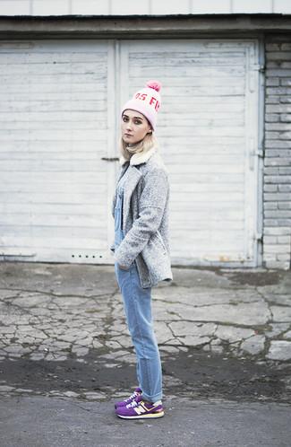 Comment porter: caban gris, pull à col roulé gris, salopette en denim bleu clair, baskets basses pourpres