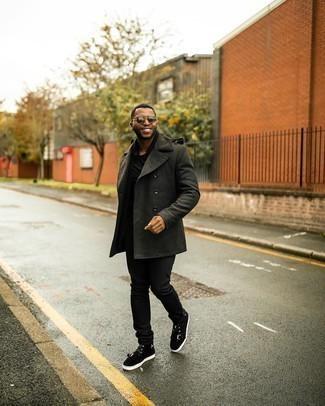 Tendances mode hommes: Harmonise un caban vert foncé avec un jean noir pour aller au bureau. Jouez la carte décontractée pour les chaussures et complète cet ensemble avec une paire de baskets montantes en daim noires.
