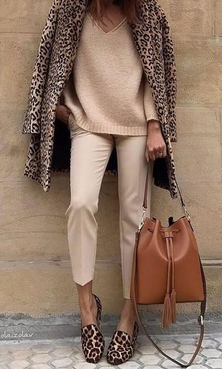 Comment porter: caban imprimé léopard marron clair, pull surdimensionné en tricot marron clair, pantalon carotte beige, slippers en poils de veau imprimés léopard marron