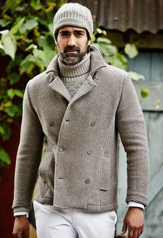 Comment porter: caban gris, pull torsadé gris, chemise à manches longues blanche, jean blanc