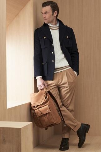 Comment porter: caban noir, pull torsadé blanc, chemise à manches longues blanche, pantalon de costume marron clair