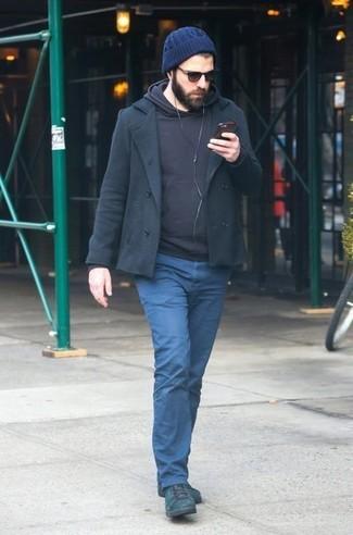 Comment porter: caban noir, sweat à capuche noir, pantalon chino bleu marine, bottes de loisirs en cuir vert foncé