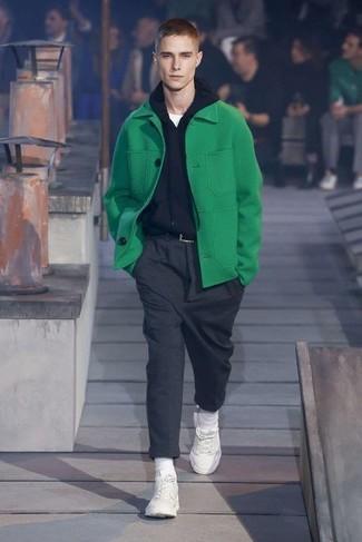 Comment porter: caban vert, sweat à capuche noir, t-shirt à col rond blanc, pantalon de costume en laine gris foncé