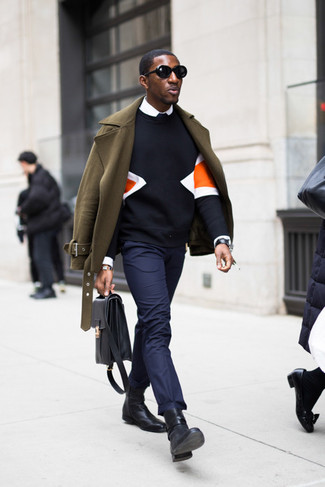 Comment porter une serviette en cuir noire: Choisis pour le confort dans un caban olive et une serviette en cuir noire. Une paire de des bottines chelsea en cuir noires rendra élégant même le plus décontracté des looks.