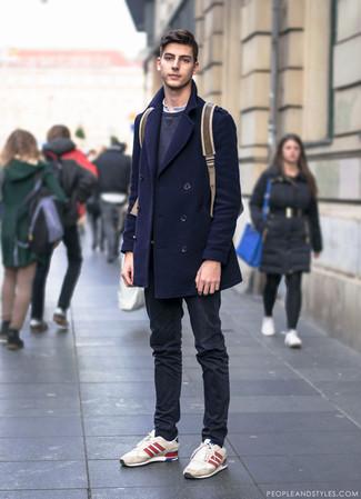 Comment porter: caban bleu marine, sweat-shirt gris foncé, t-shirt à col boutonné blanc, pantalon chino noir