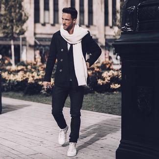 Comment porter: caban noir, t-shirt à col rond blanc, jean noir, baskets montantes en cuir blanches