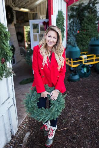 Associe un caban rouge avec une montre dorée Casio pour une tenue confortable aussi composée avec goût. Pour les chaussures, fais un choix décontracté avec une paire de des bottes d'hiver olive.