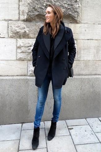 Comment porter: caban bleu marine, t-shirt à col rond noir, jean skinny bleu, bottines en daim noires