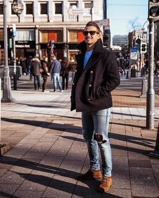 Comment porter: caban noir, t-shirt à col rond blanc, jean skinny déchiré bleu clair, bottines chukka en daim marron