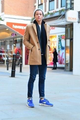 Comment porter: caban marron clair, t-shirt à col rond blanc, jean skinny bleu marine, chaussures de sport en daim bleues