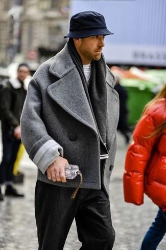 Comment porter: caban gris, t-shirt à col rond blanc, pantalon de costume en laine noir, chapeau noir