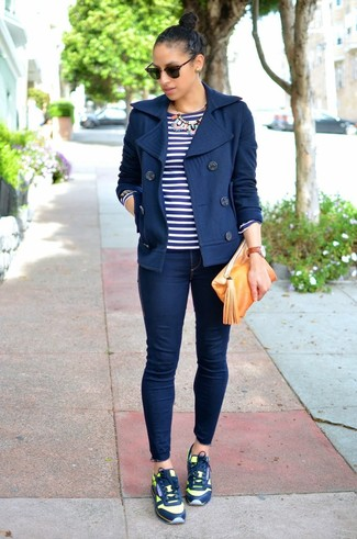 Comment porter: caban bleu marine, t-shirt à manche longue à rayures horizontales bleu marine et blanc, jean skinny bleu marine, chaussures de sport bleu marine