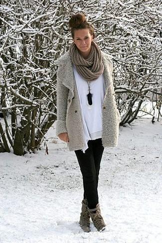 Pour créer une tenue idéale pour un déjeuner entre amis le week-end, pense à porter un caban gris et un jean skinny noir. Cette tenue est parfait avec une paire de des bottines à lacets en cuir grises foncées.