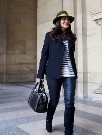 Comment porter: caban bleu marine, t-shirt à manche longue à rayures horizontales blanc et bleu marine, leggings en cuir noirs, bottes hauteur genou en daim noires