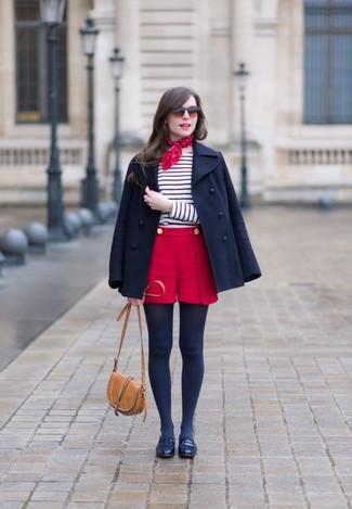 Comment porter: caban bleu marine, t-shirt à manche longue à rayures horizontales blanc et bleu marine, short rouge, slippers en cuir bleu marine