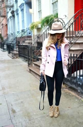 Comment porter: caban rose, top court bleu, leggings noirs, bottines chelsea en daim imprimées léopard marron clair