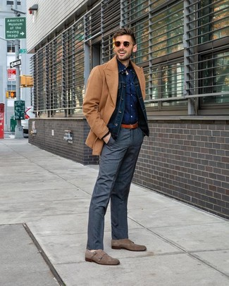 Comment porter: caban marron clair, veste en jean bleu marine, chemise à manches longues á pois bleu marine, pantalon de costume écossais gris
