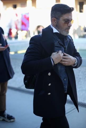 Comment porter: caban noir, veste en jean bleu marine, pull à col roulé noir, chemise de ville blanche