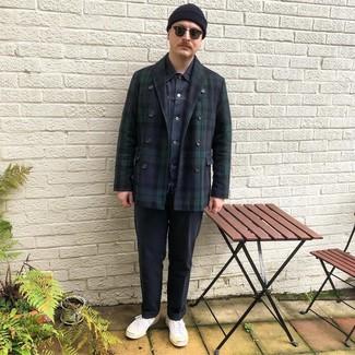 Comment porter: caban écossais bleu marine, veste en jean bleu marine, t-shirt à col rond blanc, pantalon chino bleu marine