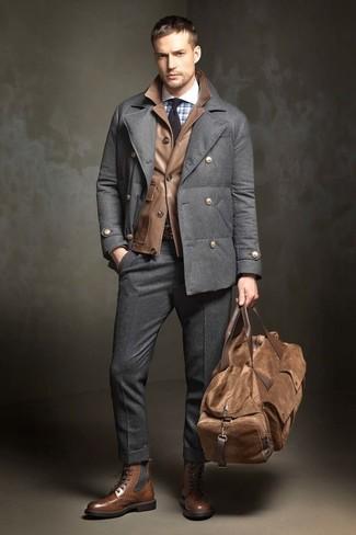 Comment porter: caban gris foncé, veste style militaire en cuir marron, chemise de ville à carreaux bleu clair, pantalon de costume en laine gris foncé