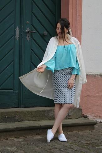 Comment porter: cache-poussière beige, top à épaules dénudées bleu clair, jupe crayon imprimée bleu clair, tennis blancs