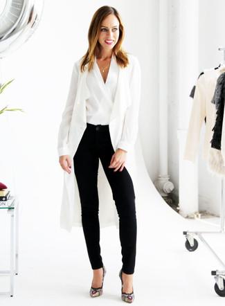 Comment porter: cache-poussière blanc, top sans manches blanc, pantalon carotte noir, escarpins en daim brodés noirs