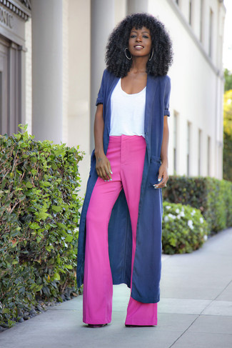 Comment porter: cache-poussière bleu marine, t-shirt à col rond blanc, pantalon flare fuchsia