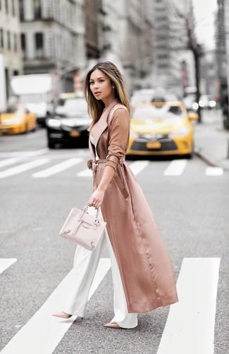 Comment porter: cache-poussière en soie rose, bustier blanc, pantalon large blanc, escarpins en cuir roses