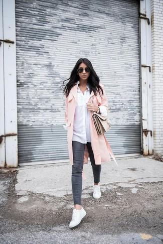 Comment porter: cache-poussière rose, chemise de ville blanche, jean skinny gris foncé, baskets basses en cuir blanches