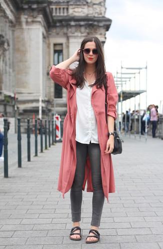 Comment porter: cache-poussière rose, chemise de ville blanche, jean skinny gris foncé, sandales plates en cuir noires