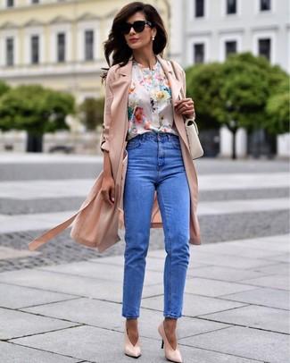 Comment porter: cache-poussière rose, chemisier à manches courtes à fleurs blanc, jean bleu, escarpins en cuir roses
