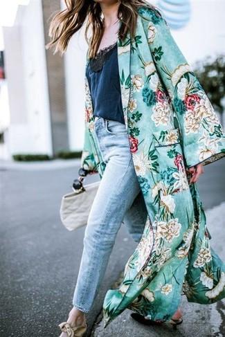 Comment porter un cache-poussière à fleurs vert: Harmonise un cache-poussière à fleurs vert avec un jean boyfriend bleu clair pour une tenue relax mais stylée. Complète ce look avec une paire de des escarpins en cuir noirs.