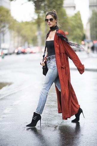 Comment porter: cache-poussière rouge, débardeur noir, jean bleu clair, bottines en daim noires