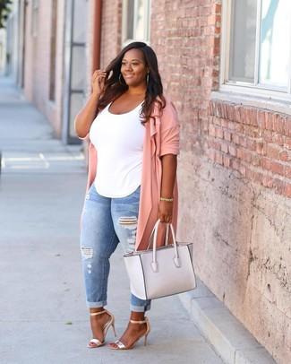 Comment porter: cache-poussière rose, débardeur blanc, jean skinny déchiré bleu clair, sandales à talons en cuir dorées