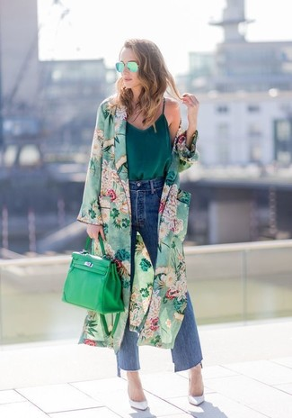 Comment porter un cache-poussière à fleurs vert: Pense à marier un cache-poussière à fleurs vert avec une jupe-culotte en denim bleue pour achever un style chic et glamour. Une paire de des escarpins en cuir blancs est une option génial pour complèter cette tenue.