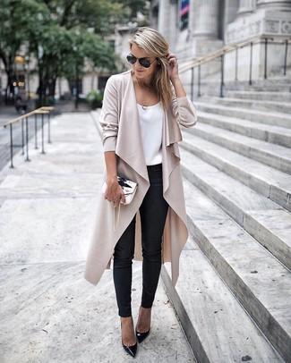 Comment porter: cache-poussière beige, débardeur en soie blanc, pantalon slim en cuir noir, escarpins en cuir noirs