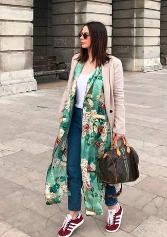 Comment porter: cache-poussière à fleurs vert, manteau beige, débardeur blanc, jean boyfriend bleu marine